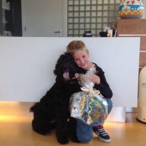 Hond Willem met zijn baasje Daan kwamen de prijs samen ophalen.